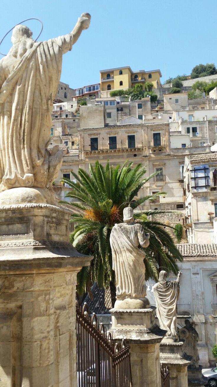 Modica  - Statue sula scalinata del Duomo  basso