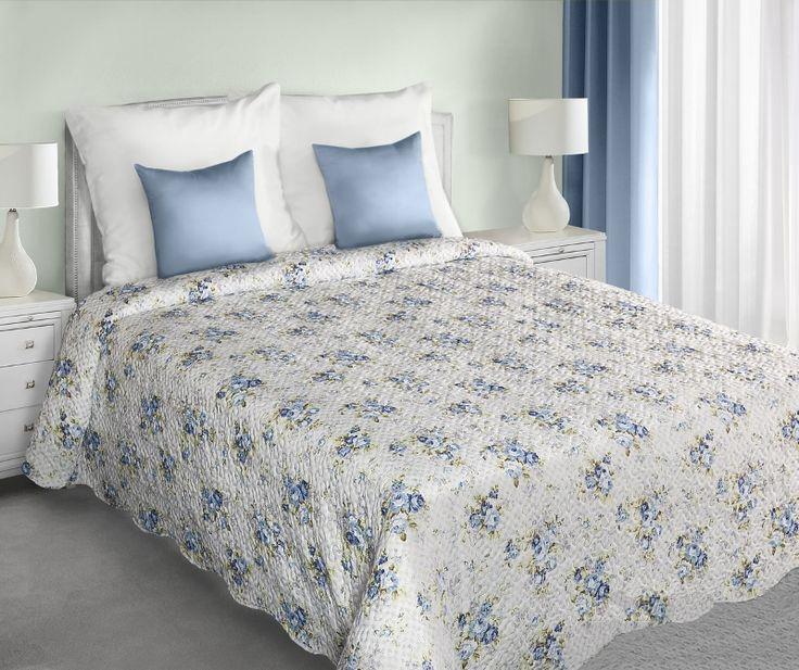 Dekorativní bílý oboustranný přehoz na manželskou postel s modrými květy