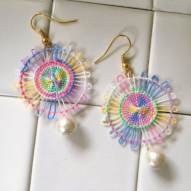 .  ✳︎ニャンドゥティ×コットンパール✳︎  .  レインボー✨  .  どうも私はmixの糸が好きでついつい買ってしまう…  .  これはレース糸で作ってみました  .  イベントなどに出店を考えているので、今はこつこつとピアスを量産中です。  .  でっかいニャンドゥティも作りたいなぁー  .  .  【この子はお嫁に行きました‼︎ありがとうございます♡】 .  .  #ñanduti #paraguay #handmadeaccessory #colourful #rainbow #ニャンドゥティ#ピアス #イヤリング#コットンパールピアス #レース編み #刺繍 #ハンドメイドアクセサリー #マクラメ#世界を旅した夫婦が作るアクセサリー #tokadin#craful2017アクセサリーコンテスト #craful