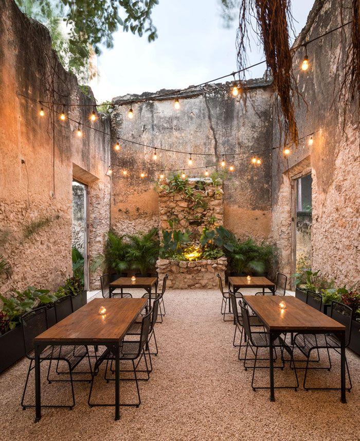 Das renovierte Kolonialgebäude wurde in eine charmante Bar umgewandelt