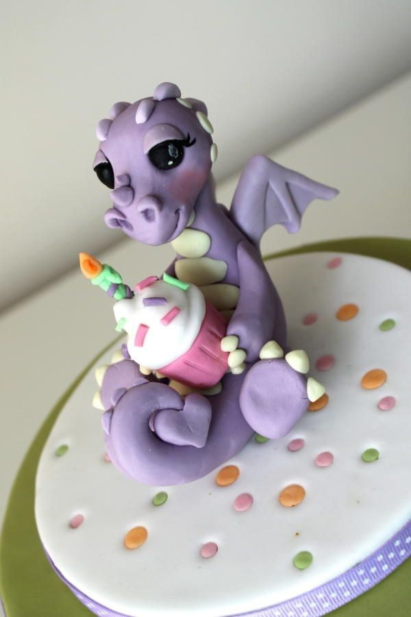Cute dragon by Zoe's Fancy Cakes, who also has a You Tube channel, check out her fb page! they are fab :)