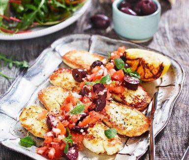 Stekt halloumi med en tomatsallad är enkel vegetariskmat som går snabbt att tillaga. Välj fullmogna tomater av fin kvalitet och blanda med dressingen gjord på olja och citron.  Halloumin steks sedan frasigt gyllengul och serveras med den smakrika tomatsalladen med kalamataoliver, grönsallad och bröd.