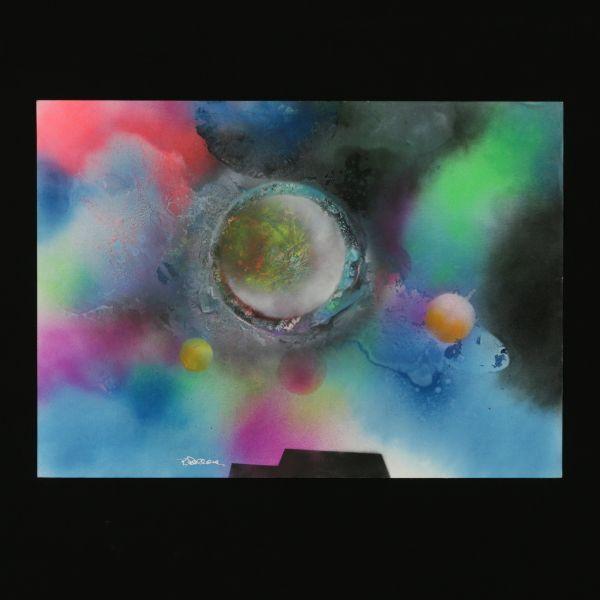 Tecnica mista su carta. Firmato. L'artista Tony Dallara è più noto per la sua attività di cantante (ha vinto il Festival di Sanremo nel 1960), ma negli anni '70, ritiratosi dal mondo della musica, si è dedicato a una sua altra grande passione, la pittura. Rimasto folgorato dalle nuove possibilità di esplorazione offerte dalle missioni spaziali di quel tempo, inizia a dipingere immagini lunari, pianeti e orbite che propongono un viaggio alla ricerca dell'infinito, dimensione simbol...