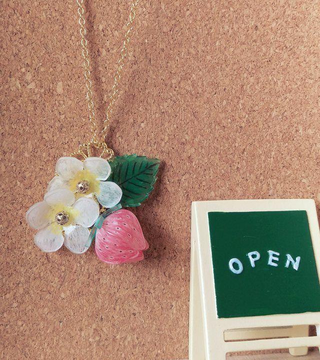 プラバン苺と花のネックレス