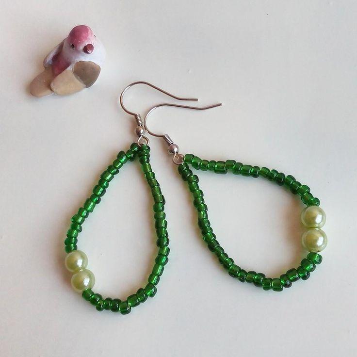 #orecchini a goccia con rocailles #verde bottiglia e perla sintetica verde / #earrings : Orecchini di #elenalucc