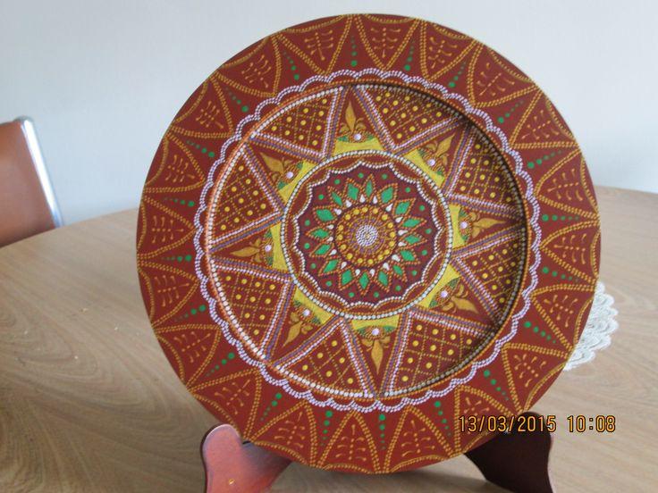 Plato en madera, pintado con acrilicos en técnica de puntillismo.