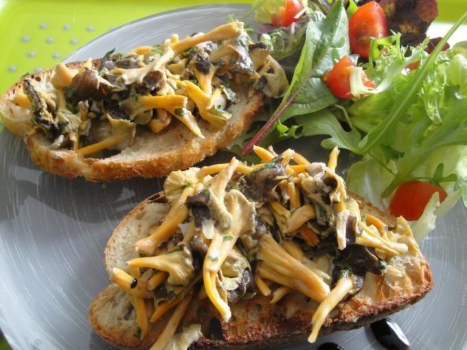 Des tartines de pain garnies de champignons des bois... - Recette Plat : Brushettas aux champignons par Lacuillereauxmilledelices