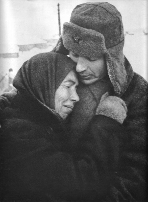 Женщина обнимает советского солдата после освобождения своего села