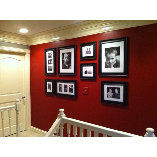 Rode muur met veel witte accenten en witte lambrisering