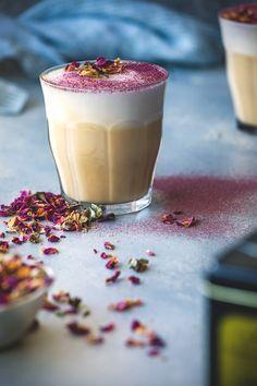 Valentijnsrecept: Wil jij je geliefde op Valentijn verrassen met een romantisch drankje? Maak dan een Rose & Earl Grey Latte voor hem/haar. Liefde in een kopje! // via Honestly Yum
