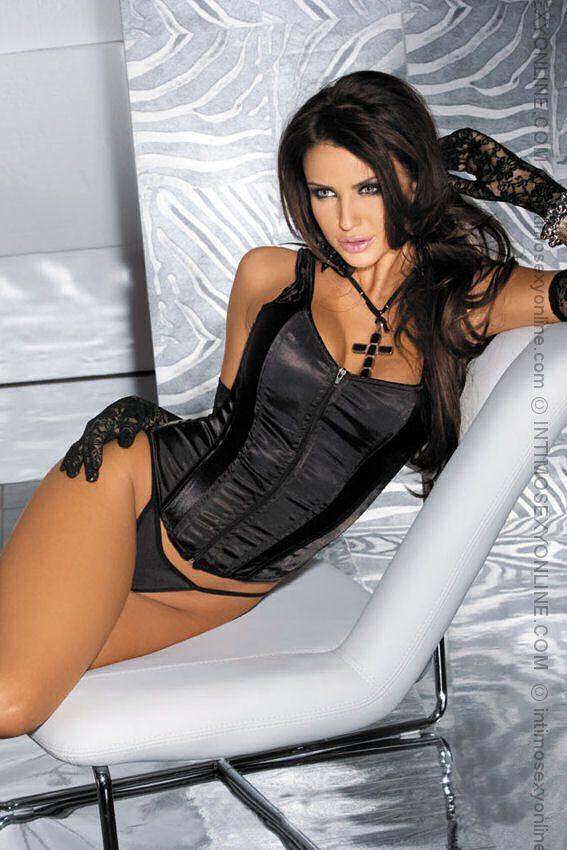 Dark Gothic e' un abbigliamento  oscuro, a volte quasi morboso è comunque molto erotico. La tipica moda gotica include dettagli come lo smalto nero, i vestiti neri, borchie, croci, trucco e capelli neri, piercing e catene. In alcune categorie di moda gotica, buone quantità di accessori sono ispirati alla moda vittoriana, quindi corsetti, bustini. Importanti sono anche i dettagli come guanti, collarini, ventagli ecc...