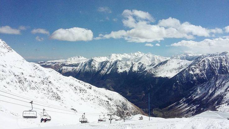 Hello  Zm sur la station où j'ai skié  Quoi de prévu aujourd'hui ?  Moi rien de spécial !  Je rentre à Bordeaux  Bon samedi mes poupées  #cauterets #station #ski #avril #2016 #vacances #vacance #souvenir #pyrenees #neige #montagne #montagnes #blanc #telesiege #télésièges by une.mini.bordelaise