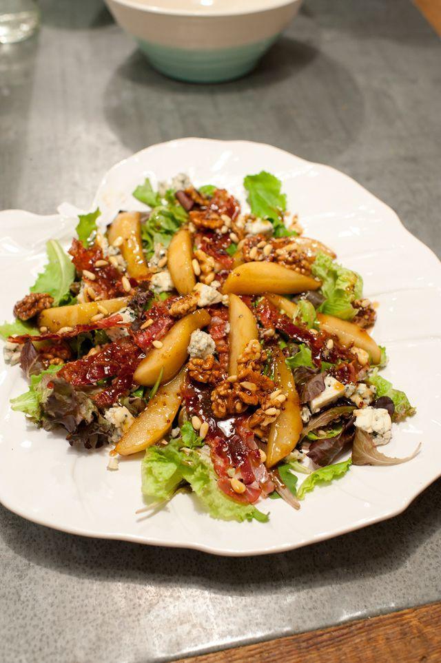 Ensalada templada de pera, gorgonzola y bacon