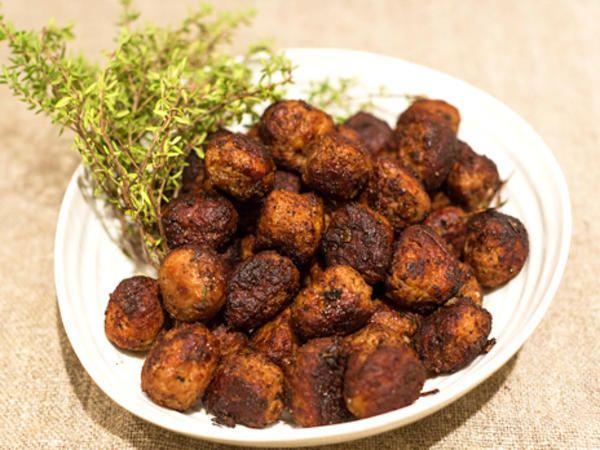 Ernst snabbköttbullar | Recept från Köket.se, Tiden räcker inte alltid till. Ernst tipsar hur du kan smaksätta frysta köttbullar med kanel, kryddpeppar, timjan, balsamvinäger och farinsocker. Tar tio minuter.