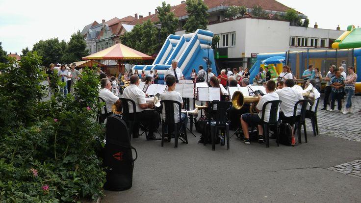 nyári zenetábor koncertje a gyöngyösi Fő téren