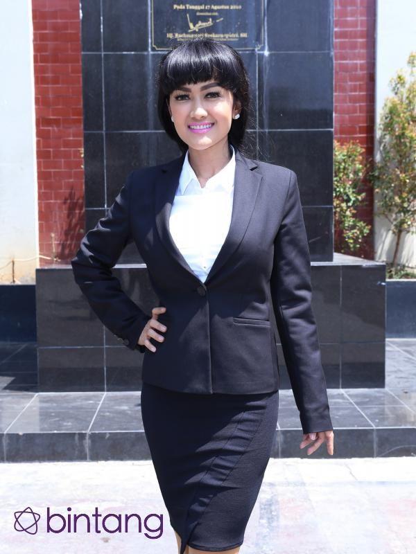 Julia Perez menjalani sidang skripsi di Universitas Bung Karno. Jupe mengaku tegang saat menyajikan tugas akhirnya kepada penguji. Menghadapi sidang skripsi tidak semudah apa yang dipikirkannya. #Selebritis #JuliaPerez #SidangSkripsi #Bintang #Indonesia