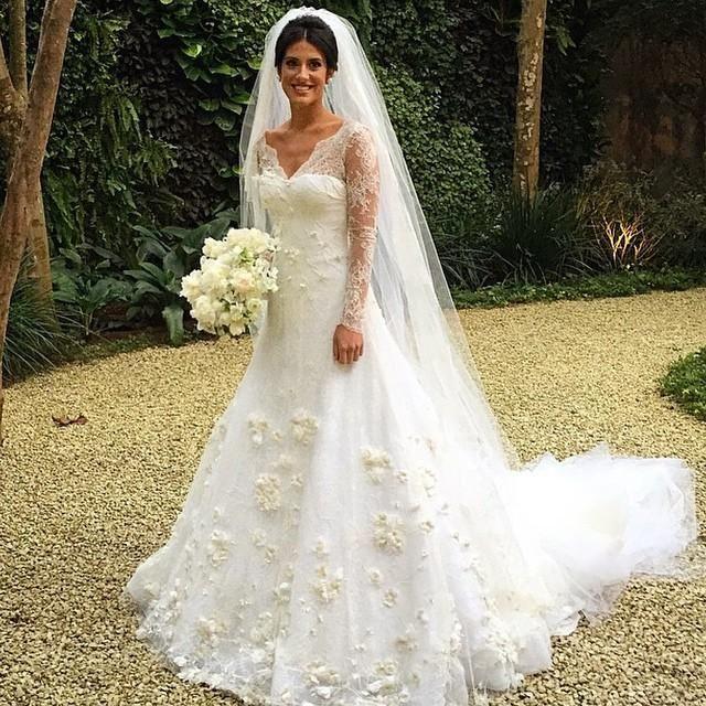 Свадебное платье с цветами на юбке