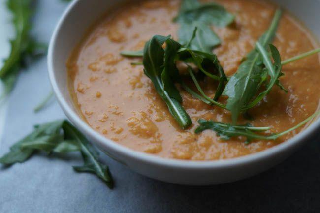Når der er koldt udenfor, er det så skønt med en lækker suppe. For et gøre suppen lidt mættende, har jeg valgt at lave en linse suppe med kokosmælk i. Denne suppe er en nem hverdagsret, som smager endnu bedre dagen efter. Linser er en god kilde til mæthed, …