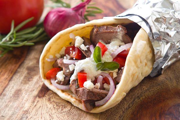 Toevoegen aan mijn receptenGyros is heel gemakkelijk zelf te maken en is daarnaast ook veel lekkerder als uit de supermarkt. Maak nuje eigen zelfgemaakte gyros in een handomdraai. Tip: Ook lekker met een Griekse salade.