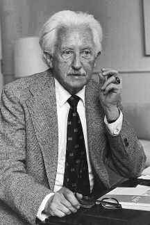 Biography of Erik Erikson | Psychologist | Developed Identity Crisis