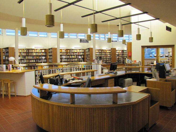 Neuvonta Aallon kirjastossa / Information desk at Aalto library