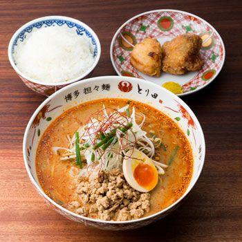 【博多,福岡市の水炊き とり田】博多の人々に愛されてきた郷土料理「水炊き」。ミシュランガイドに認定の水炊きや、名物の唐揚げなどが充実。また、水炊きスープを使った担々麺も多くのお客様にご賞味いただいております。九州の伝統の味を心ゆくまでお楽しみください。