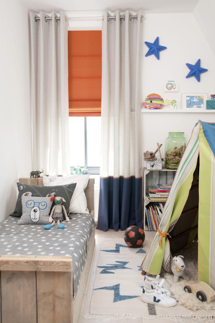 Jongenskamer | Gebruik je (oranje) vouwgordijn als kleuraccent bij jouw gordijnen of inbetweens #kussens #curtains #cushions #Gardinen #Vorhänge