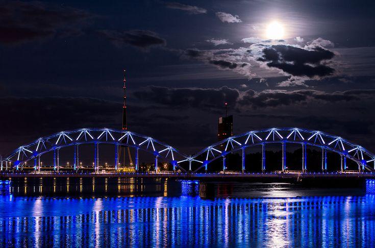 Железнодорожный рижский мост. Один из самых красивых ночных объектов в Риге.