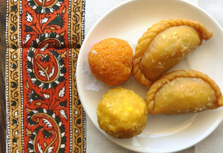 インドの甘いお菓子たちミターイ 餃子みたいな形のがホーリーの日に食べるもの 名前はわからず中にはシナモン風味の豆のペースト 左は映画Madam in N.Yにも出てたボリウッド映画にも頻出するお菓子ラドゥ こちらもやっぱりひよこ豆から作られたもの  お祝い事や行事別にこの時は何を食べるという ルールというのか風習があるみたい 昨日のスイーツ屋はまるで日本のバレンタイン前みたく おっさんたちで激混みだった . . #india #life #lifeinindia #scenery #indianfood #sweets #snack #foodie #happyholi #holi #インド #インド暮らし #暮らし #インドの日常 #お菓子 #世界のお菓子 #インドのお菓子 #ホーリー #祭