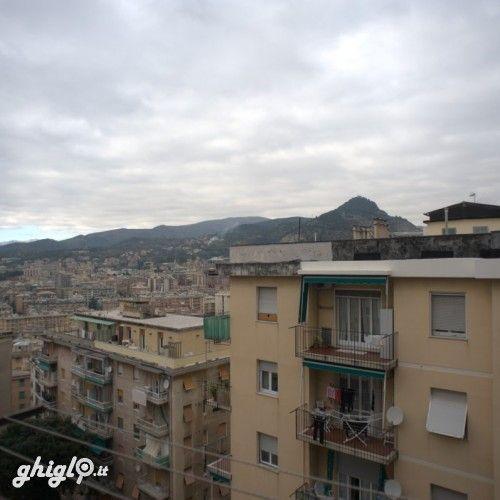 Genova Sestri Ponente, vendesi appartamento abitabile: due camere, cucina, bagno, ingresso/corridoio, ripostiglio, balcone, terrazzo panoramico; ascensore, riscaldamento, climatizzazione. Affare, prezzo interessante. Contattare: SIM - Servizi Immobiliari Monti sas  Tel. 0106197729 - 333 2356265. Classe energetica G - IPE 241,89 kwh/mq anno.
