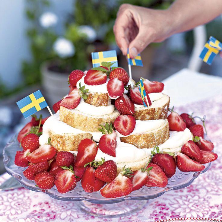 En enkel och festlig tårta gör du lätt av en rulltårta, grädde och jordgubbar.