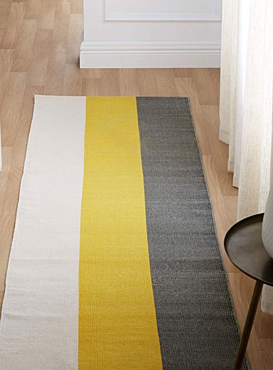 A Canadian design by Samantha Pynn exclusively for Simons Maison What's better than an easy washable cotton mat for the kitchen? A chic statement of flax, grey and yellow stripes! - Soft 100% cotton weave - 75 x 215 cm