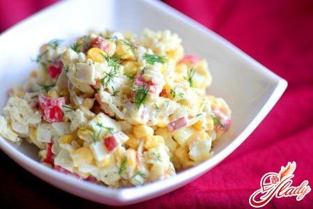 салат из крабовых палочек и китайской капусты