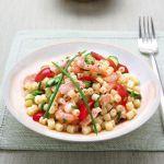 Ditalini rigati, zucchine, salmone e gamberetti danno corpo a un primo estivo colorato e gustoso da 346 calorie. Prova la ricetta di Sale&Pepe.