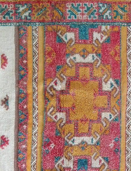 Bellissimo tappeto Glaoua completamente in lana, realizzato a mano dalle donne berbere dell'Alto Atlante in Marocco, con le abilità tramandate nel tempo di madre in figlia. La sua caratteristica principale è la combinazione di tre diverse tecniche di lavorazione e cioè quella della tessitura, quella dell'annodatura e quella del ricamo, tutte insieme in un unico tappeto.