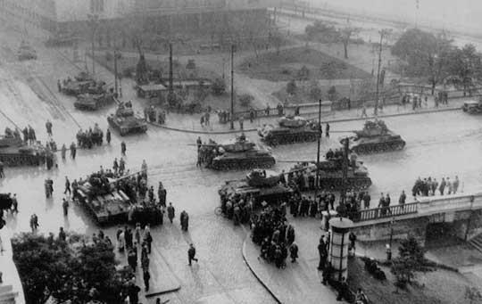 4 novembre 1956 Les chars soviétiques entrent dans Budapest. Ceux-ci sont des T-34 avec canons de 85 mm