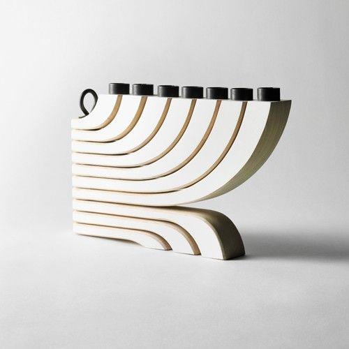 De Nordic Light is gemaakt van hout en bevat een metalen ring in het midden.  Afmetingen: b 30 x h 20 cm.