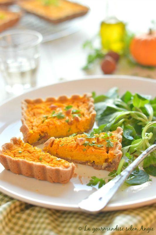 Quiche {Potimarron - Noisettes} au Tofu Fumé #vegan #végétal #recette #salé // lien direct ➔ http://www.la-gourmandise-selon-angie.com/archives/2015/11/16/32932722.html