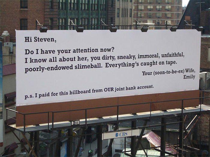 """""""Salut Steven, est-ce que j'ai ton attention maintenant ? Je sais tout d'elle, tu es sale, sournois, immoral, infidèle. Ta (très futur ex) femme, Emily. PS : J'ai payé ce panneau avec notre compte commun."""