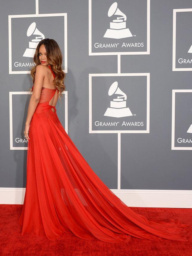 Grammy 2013-Rihanna atrajo todas las miradas con un vaporoso vestido rojo con escote transparente de Azzedine Alaïa que completó con rouge de labios. La cantante de Barbados se llevó el premios al Mejor Videoclip Corto por We found love.