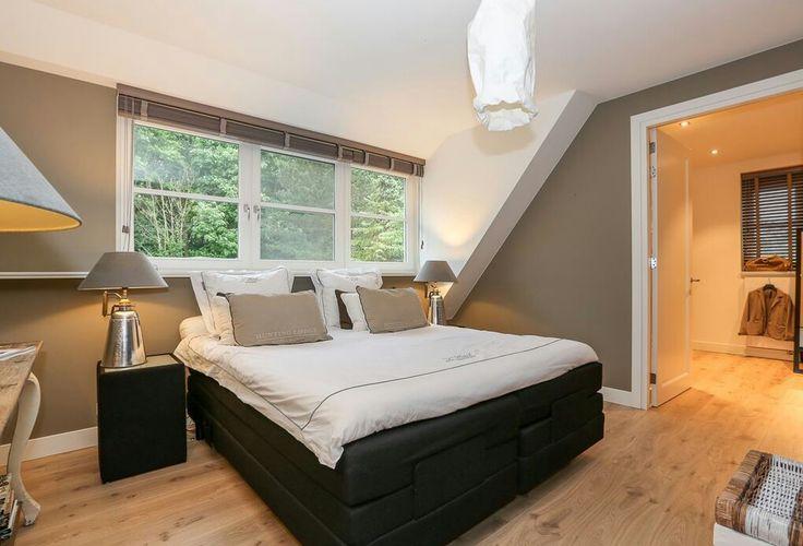 Slaapkamer, bed onder raam