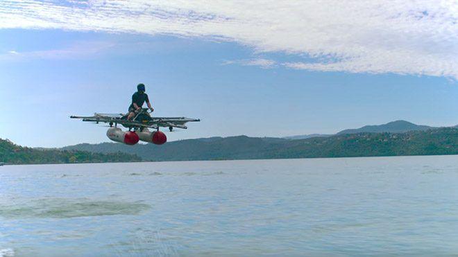 """Kitty Hawk'ın bir süredir merakla beklenen uçan otomobil prototipinden paylaşılan ilk görüntüler yepyeni bir sınıfın doğuşuna işaret ediyor.                Google'ın kurucusu Larry Page tarafından finanse edilen """"""""uçan otomobil"""" şirketi Kitty Hawk nihayet ilk modelinin prototipiyle karşımıza...   https://havari.co/google-kurucusu-larry-pagein-ucan-arabasi-ilk-kez-goruntulendi-video/"""