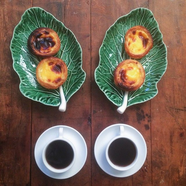Cafés da manhã são dispostos em simetria
