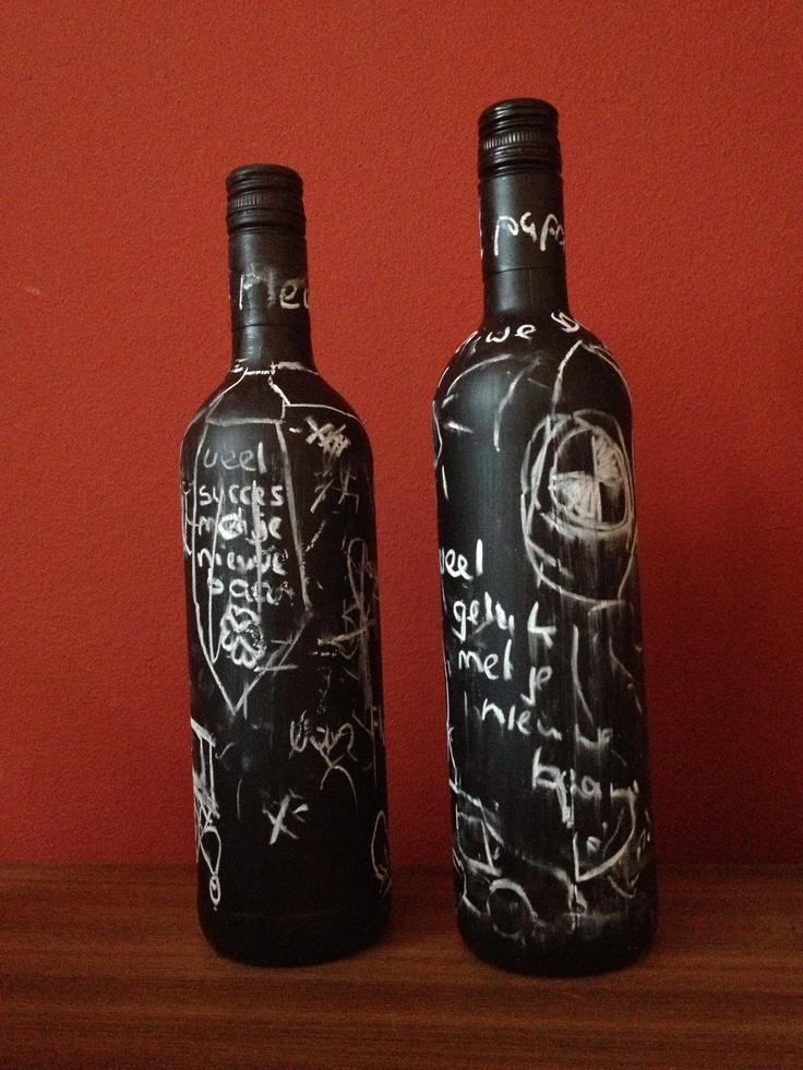 Leuk cadeau voor bijvoorbeeld vaderdag of een nieuwe baan! Een lekkere fles wijn beschilderen met schoolbordverf en laat je kids de fles mooi versieren met een krijtje!!!