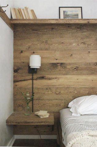 Um painel de madeira também é um opção como cabeceira, assim, não dá a impressão de que sua cama foi apenas encostada na parede e o quarto fica mais aconchegante.