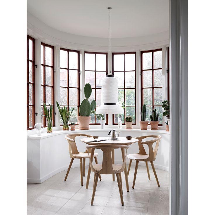 In Between bord SK3 från &Tradition, formgiven av Sami Kallio. Ett runt bord i massiv vitoljad ek me...