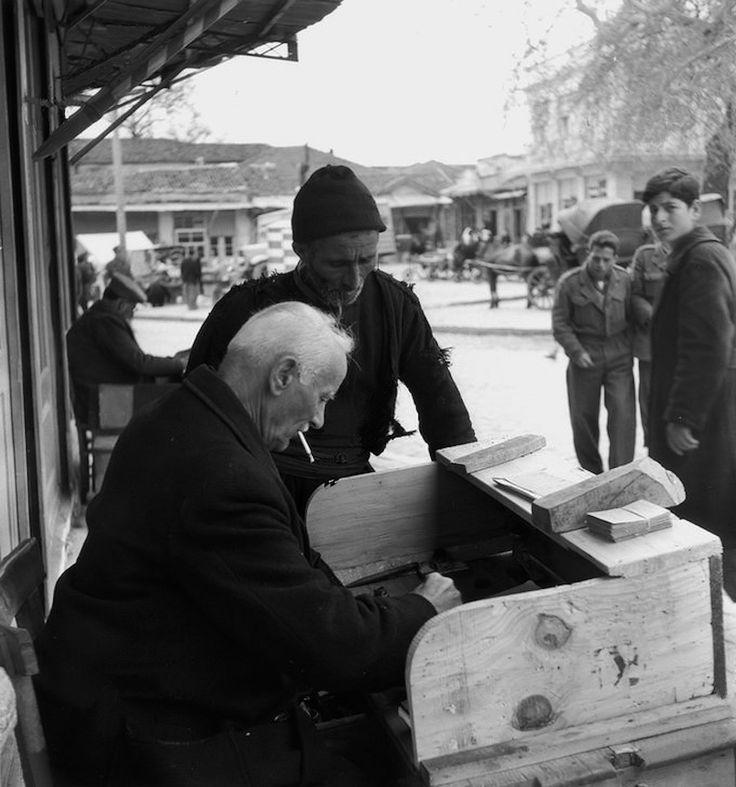 Γραφέας σε δρόμο της Θεσσαλονίκης το 1951 (Φωτογραφία του Paul Almásy)