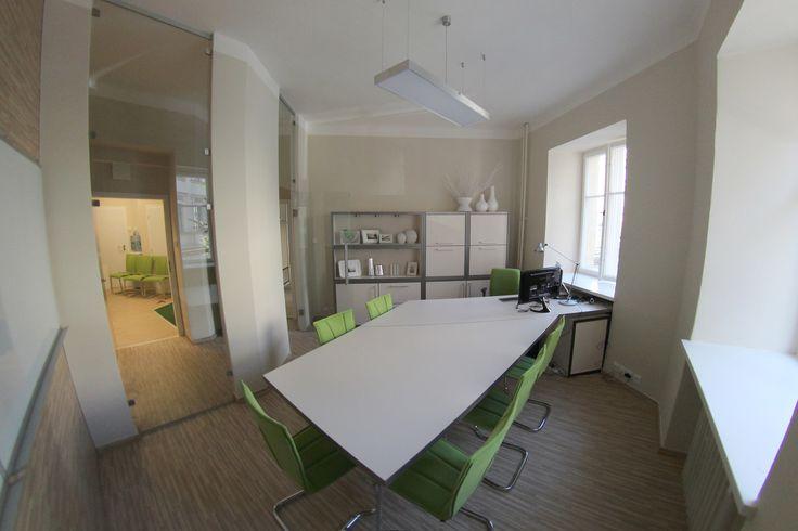 Kancelář s jednacím stolem pro 6 osob. Netradičně hraněné korpusy skříněk. Rafinované řešení prostoru.
