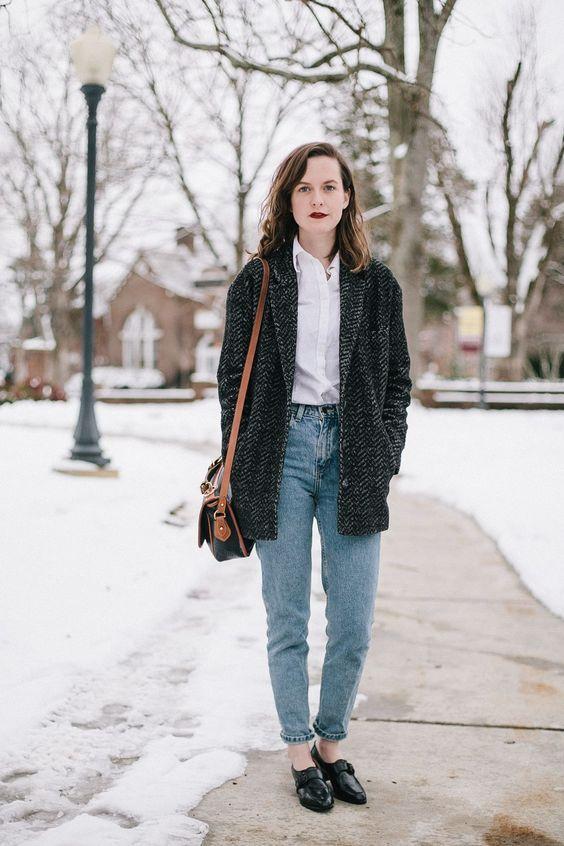Mom Jeans + Camisa + Sapato estilo mocassim + Casaco
