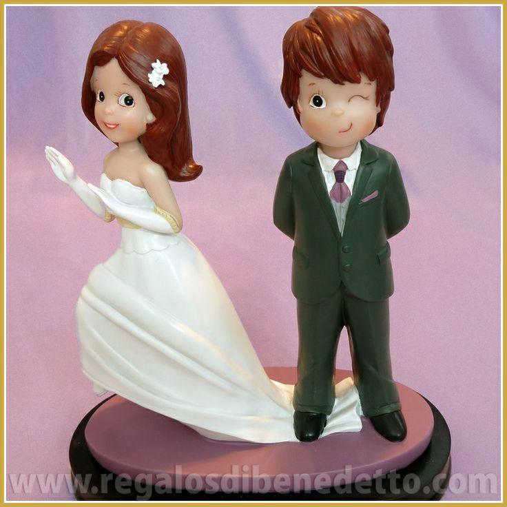 Novia a la fuga?... Divertida figura para #Tartas de #Bodas, en la que el #novio le pisa el vestido a la #novia y guiña el ojo #CakeTopper #Wedding